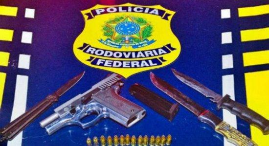 Motorista é detido pela PRF com pistola e facas no Agreste