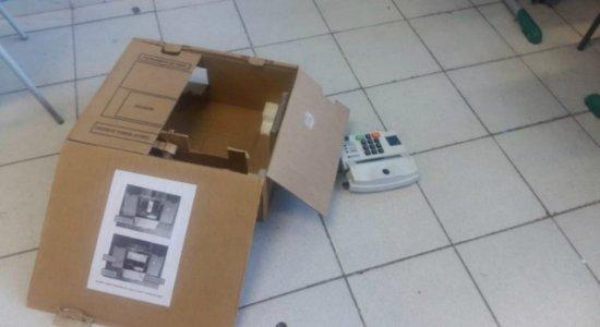 Vândalo destrói 67% das urnas de colégio eleitoral em São Paulo