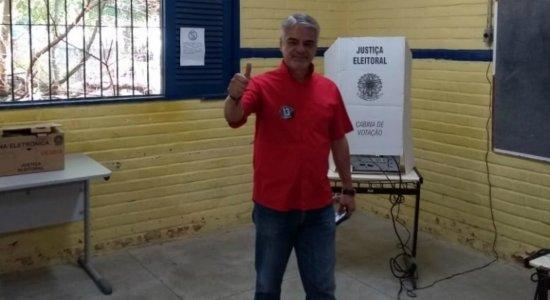 Representando Haddad e Bolsonaro em PE, Humberto e Bivar já votaram