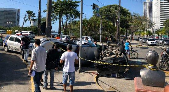 Viatura da PM e carro de vigilante colidem e capotam em Santo Amaro