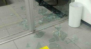 Os suspeitos quebraram a porta de vidro da agência, mas não levaram nada