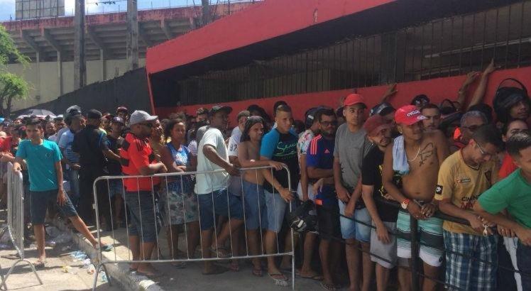 Torcedores se espremem para comprar ingressos para Sport x Ceará