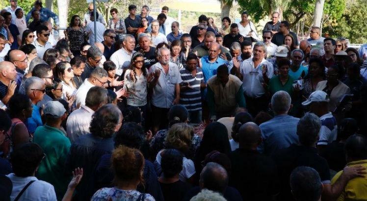 Sepultamento do comissário de polícia José Tadeu Vicente de Santana, no cemitério Morada da Paz