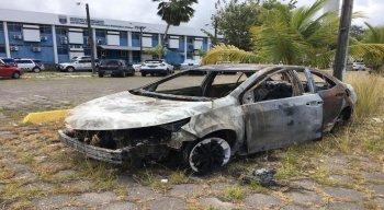 Veículo, modelo Toyota Corolla, foi encontrado carbonizado, neste sábado, em um terreno nas imediações da Avenida Recife