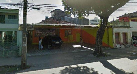 Confusão termina em tiroteio e dois homens baleados em um bar no Arruda