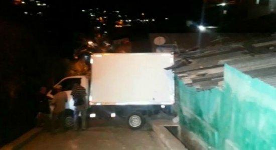 Motorista perde controle de caminhão e bate no muro de casa em Água Fria