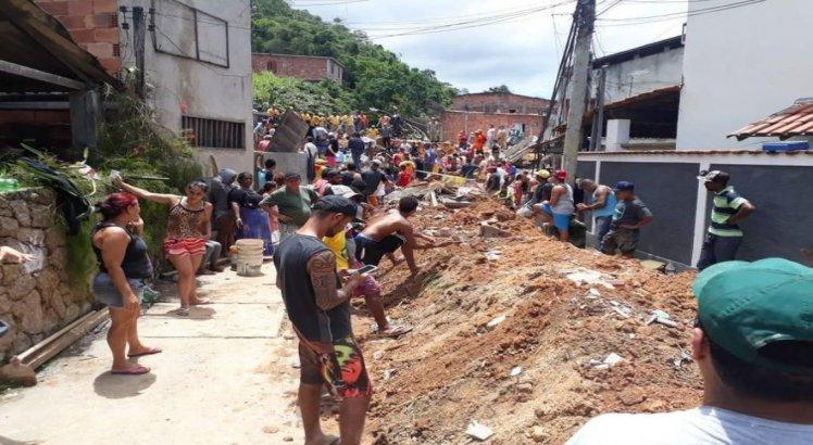 Moradores acompanham os trabalhos das equipes de resgate