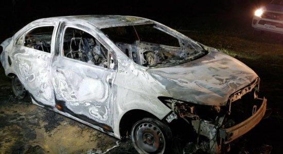 Corpo carbonizado é encontrado dentro de carro em Abreu e Lima