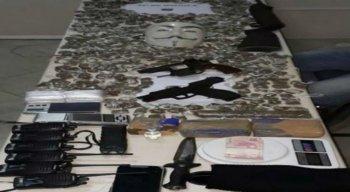 Foram apreendidas armas, drogas e matérias para tráfico com o suspeito
