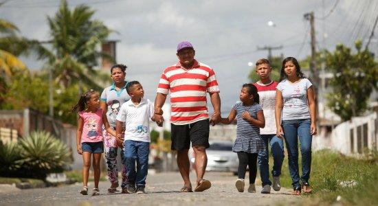 A difícil travessia de um casal e cinco filhos da Venezuela ao Brasil