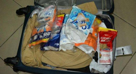 Filipina é presa com 7kg de cocaína em detergente no aeroporto do Recife