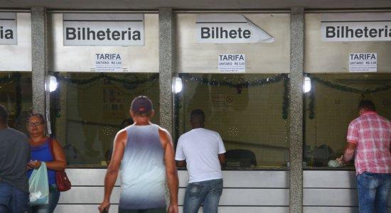 Passageiros do metrô do Recife aguardam por redução no valor da tarifa