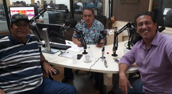 Leonardo Sullivan e Altemar Dutra Jr. com Geraldo Freire nos estúdios da Rádio Jornal