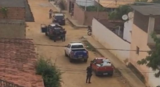 Após perseguição policial, trio que fez família refém em Surubim é morto