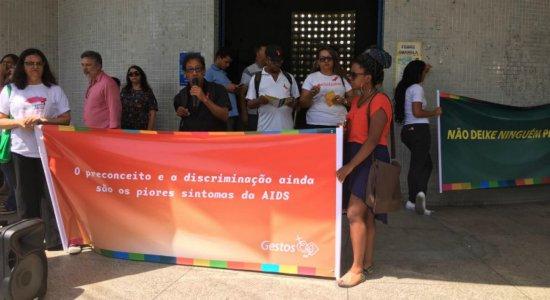 Pacientes e ONG protestam contra a falta de exames e tratamento do HIV