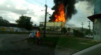 O fogo começou no início da manhã desta terça