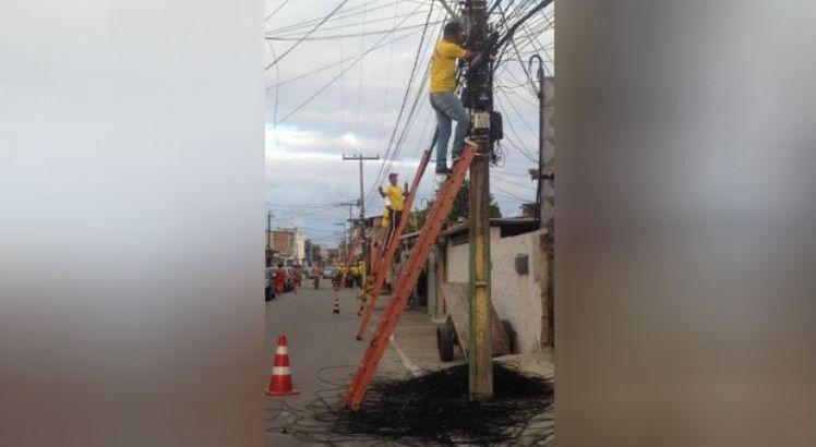 Segundo a Celpe, as fiações irregulares causam poluição visual, prejudicam o fornecimento de energia e colocam em risco a vida de pessoas