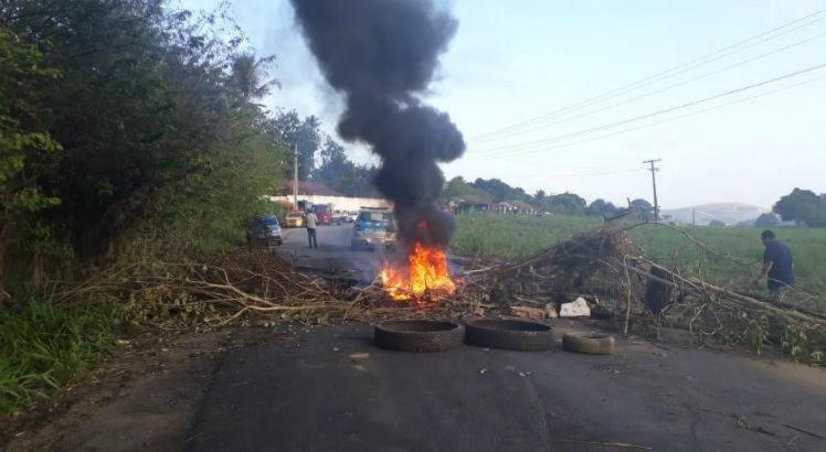 Canavieiros atearam fogo em entulhos e fecham rodovia em Gameleira