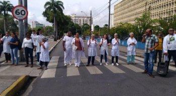 Manifestantes reivindicam pagamento de salário em atraso