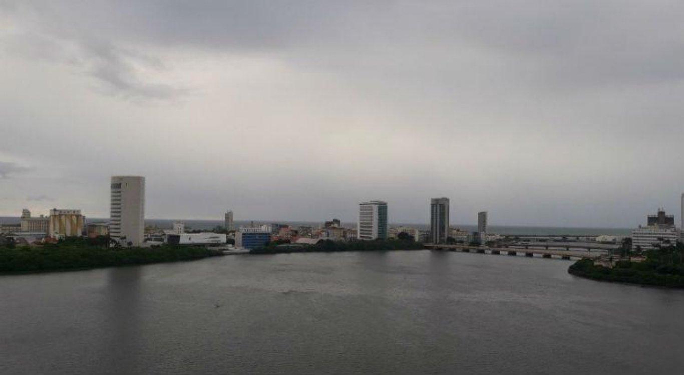 No Grande Recife, a previsão é de céu parcialmente nublado, com a temperatura variando de 33ºC e 22ºC