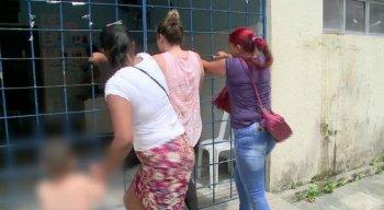 Parentes de pacientes tentam forçar a grade para entrar e receber atendimento no Hospital Ulysses Pernambucano