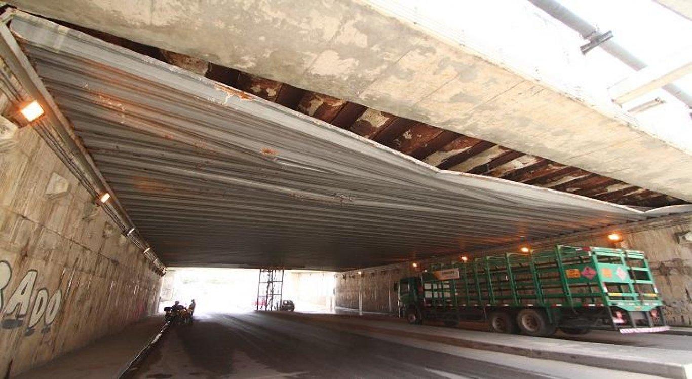 Parte de teto do Túnel do Jordão se desprende