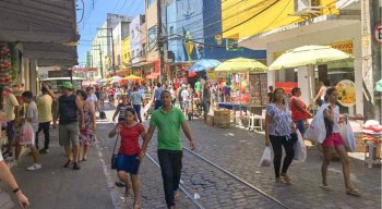 A movimentação é intensa no Centro do Recife devido as compras de Natal.