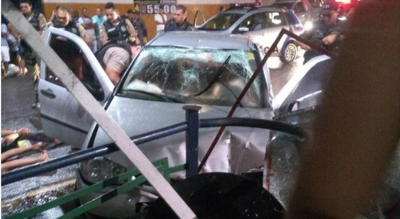 Suspeitos colidem contra mureta durante perseguição em São Lourenço