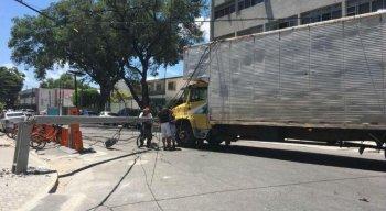 O motorista conseguiu retirar o veículo do local, mas a via ainda está parcialmente bloqueada devido ao poste