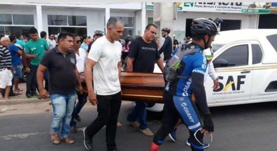 Ciclistas fazem cortejo em enterro de vítimas de acidente em Petrolina