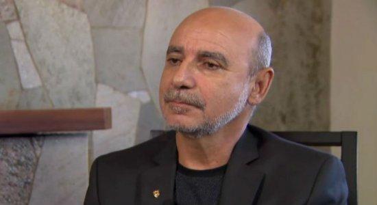 Fabrício Queiroz deixa prisão usando tornozeleira eletrônica
