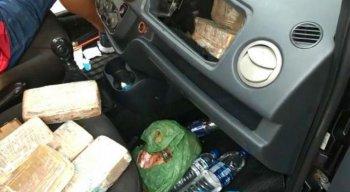 Tabletes com a droga foram encontrados no painel do veículo
