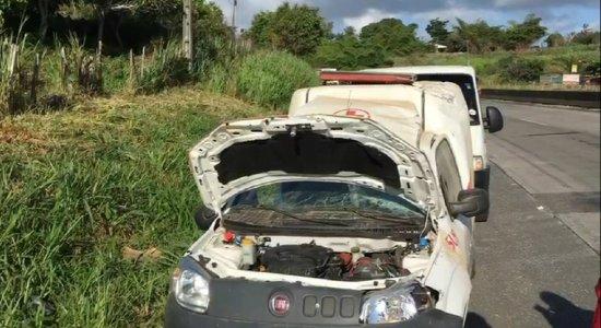 Ambulância capota na BR-232 em Moreno e deixa quatro pessoas feridas