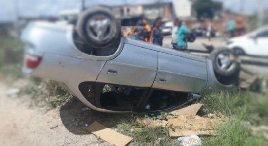 Carro capota após colisão em Jardim São Paulo, no Recife