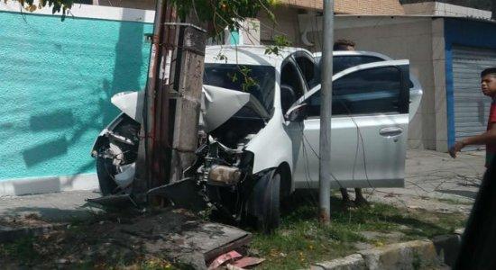 Após perseguição policial, carro colide com poste em San Martin