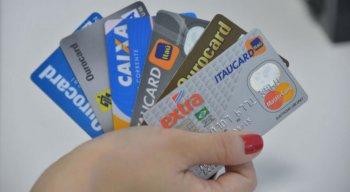 Dívidas em atraso são causadas, em sua maioria, por cartões de crédito: 78,1% das famílias com contas a pagar se endividam com eles