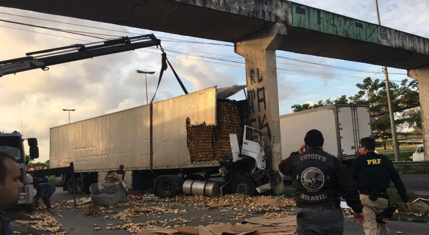Motorista de carreta morre em acidente na BR-101, no Engenho do Meio