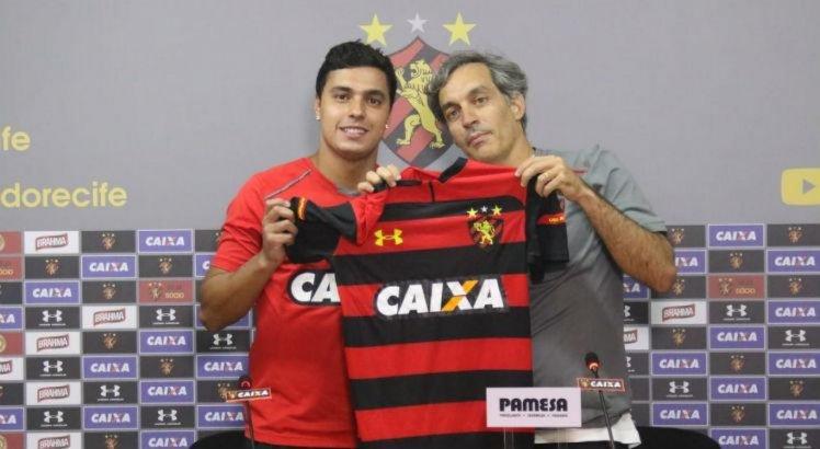 Alisson foi apresentado pelo diretor de futebol leonino Chico Guerra.