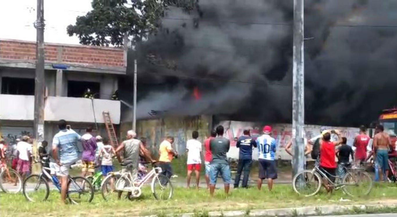 Incêndio atinge ferro velho em Cruz de Rebouças
