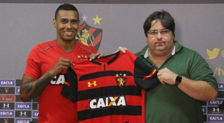Centroavante foi apresentado ao lado do diretor de futebol Nelo Campos.