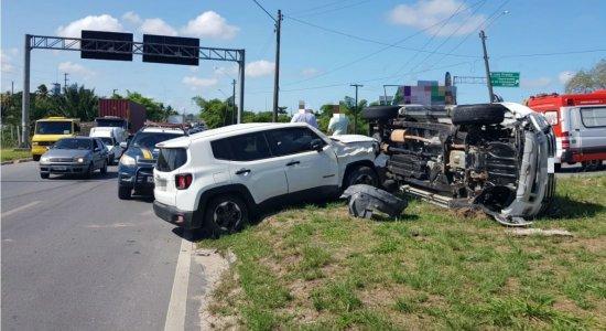 Carro colide com caminhonete na BR-101, em Igarassu