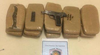 Droga e pistola calibre 32 foram encontrada com suspeitos