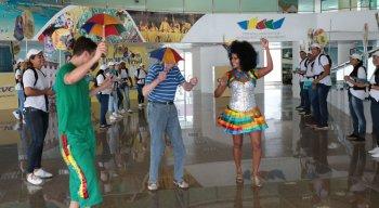Turistas foram recepcionados com orquestra e passistas de frevo