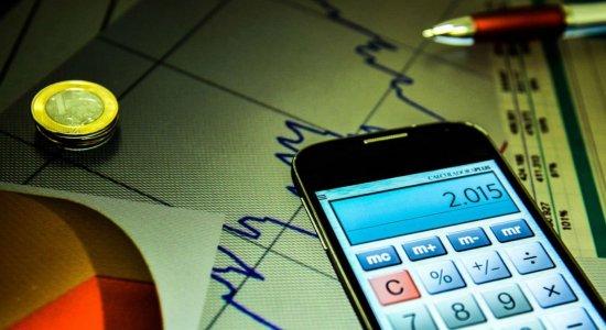 Pesquisa mostra que 63% dos brasileiros analisam seus gastos e ganhos