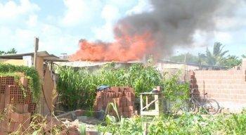 Revoltados, os manifestantes atearam fogo nas barracas e queimaram madeiras