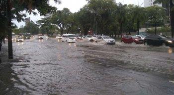 Avenida Agamenon Magalhães alagada por conta das fortes chuvas