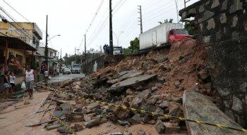 Deslizamento parcial do muro de contenção da pista da Avenida Norte, no Córrego do Jenipapo, na Zona Norte do Recife