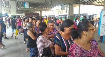 Passageiros enfrentaram longas filas no terminal de Camaragibe
