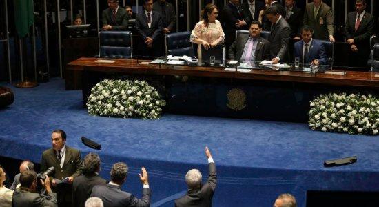 Após tumulto e impasse, senado suspende sessão sem decidir votação