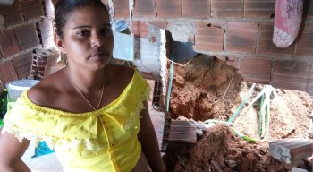 Após fortes chuvas, barreria cede e atinge casa no Recife